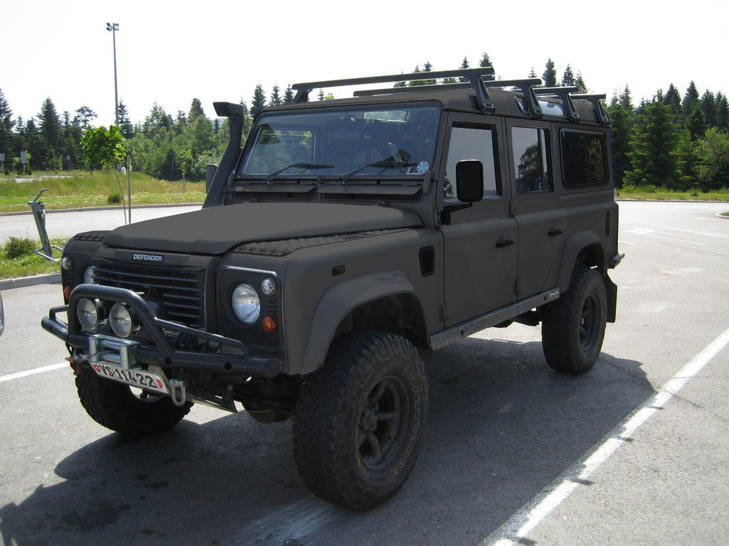 Un véhicule tout terrain noir sur un parking